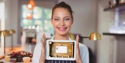 Hostelera con tablet de Entrecartas