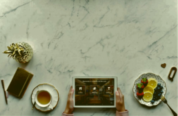 Mesa con platos y tablet de EntreCartas